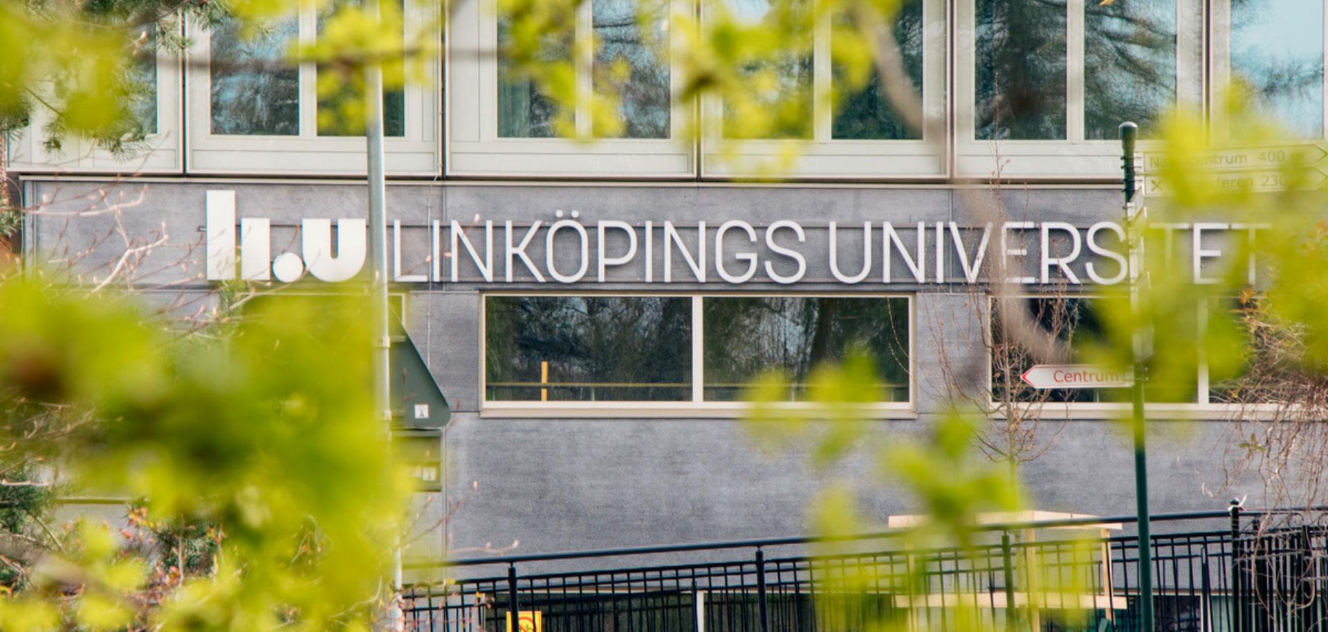 Fokusbild på byggnad som har LIUs logotyp